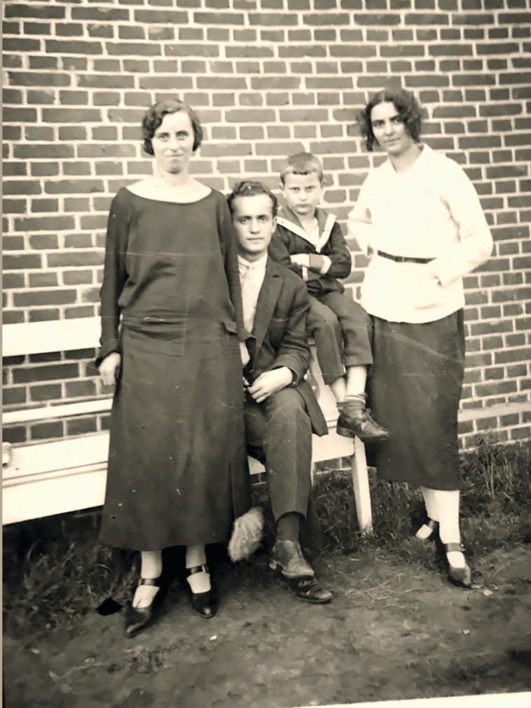 בוז'ו עם אביו אימו ודודתו בן 3. צילום פרטי