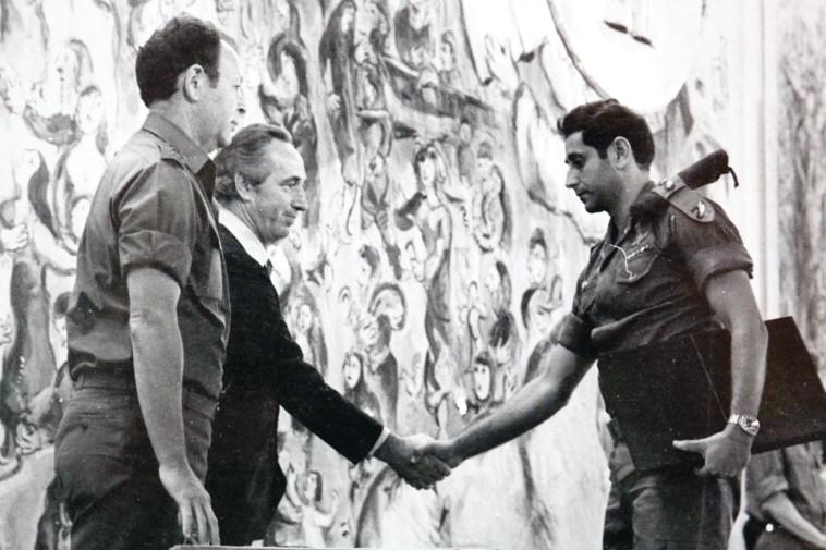 יהודה דובדבני עם שמעון פרס ומוטה גור. צילום: אריאל בשור