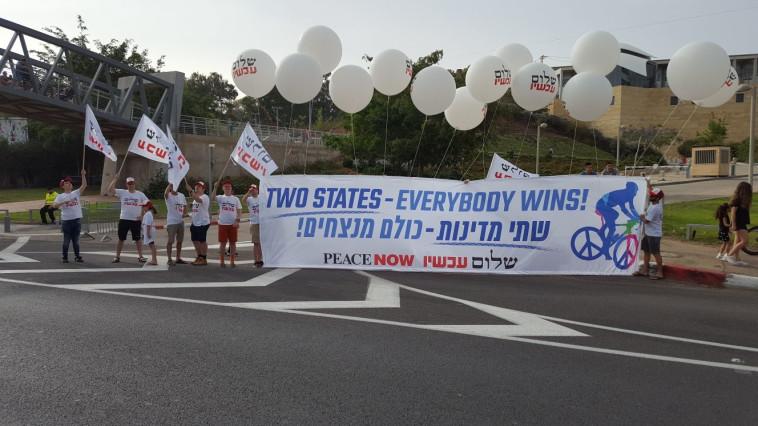 """פעילי שלום עכשיו במסלול בת""""א. צילום: יניב שחם, שלום עכשיו"""