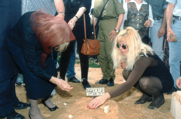 לילי אבידן (מימין) על קברו של דוד אבידן. צלם: משה שי