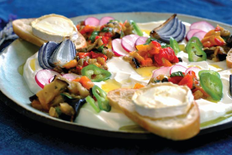 ירקות צלויים על לבנה עם טוסטוני סנט מור. צילום: פסקל פרץ רובין