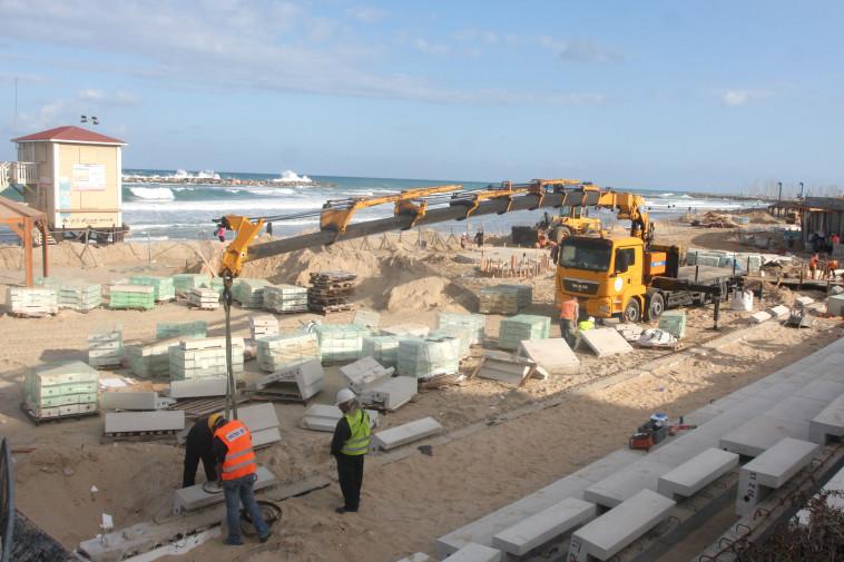 בנייה בחוף פרישמן בתל אביב. צילום: רוני שוצר, פלאש 90