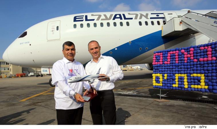 גונן אוסישקין ויוסי בכר על רקע המטוס החדש. מדי רבעון יגיע אחד נוסף. צילום: סיון פרג'