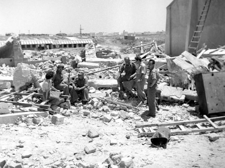 הריסות במשק, ניצנים, 1949. צילום: יהודה איזנשטרק