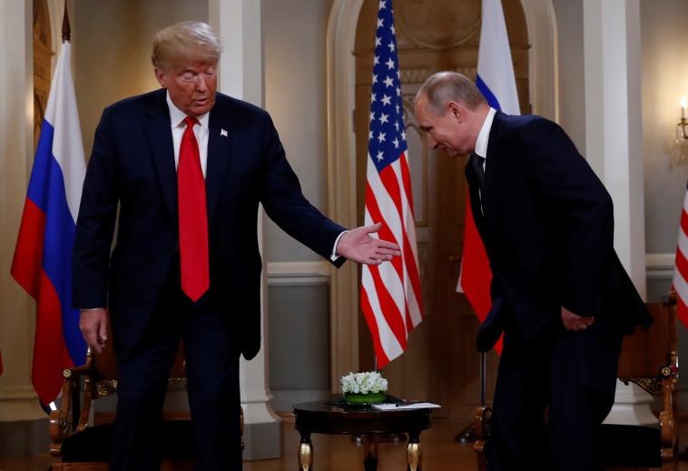 טראמפ ופוטין לוחצים ידיים לפני הפסגה. צילום: רויטרס