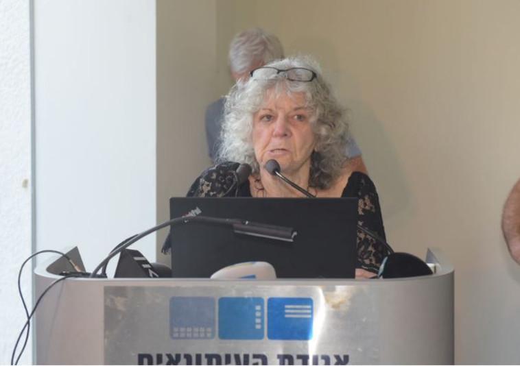 עדה יונת נושאת דברים בטקס הפרידה מאורי אבנרי. צילום: אבשלום ששוני