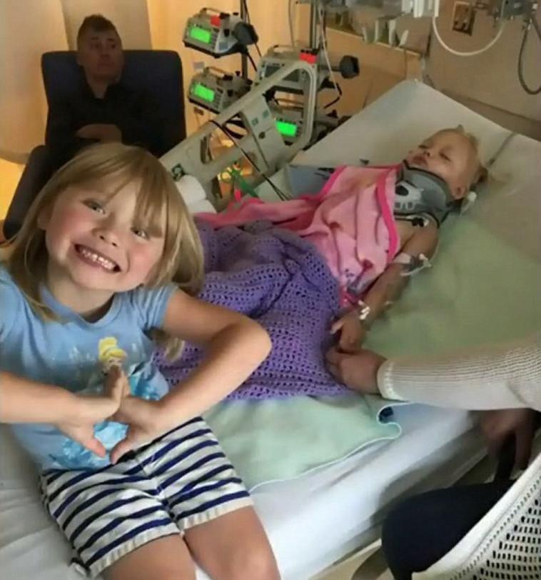 ג'קלין בבית החולים יחד עם אמא ואחותה. צילום מסך דרך הדיילי מייל