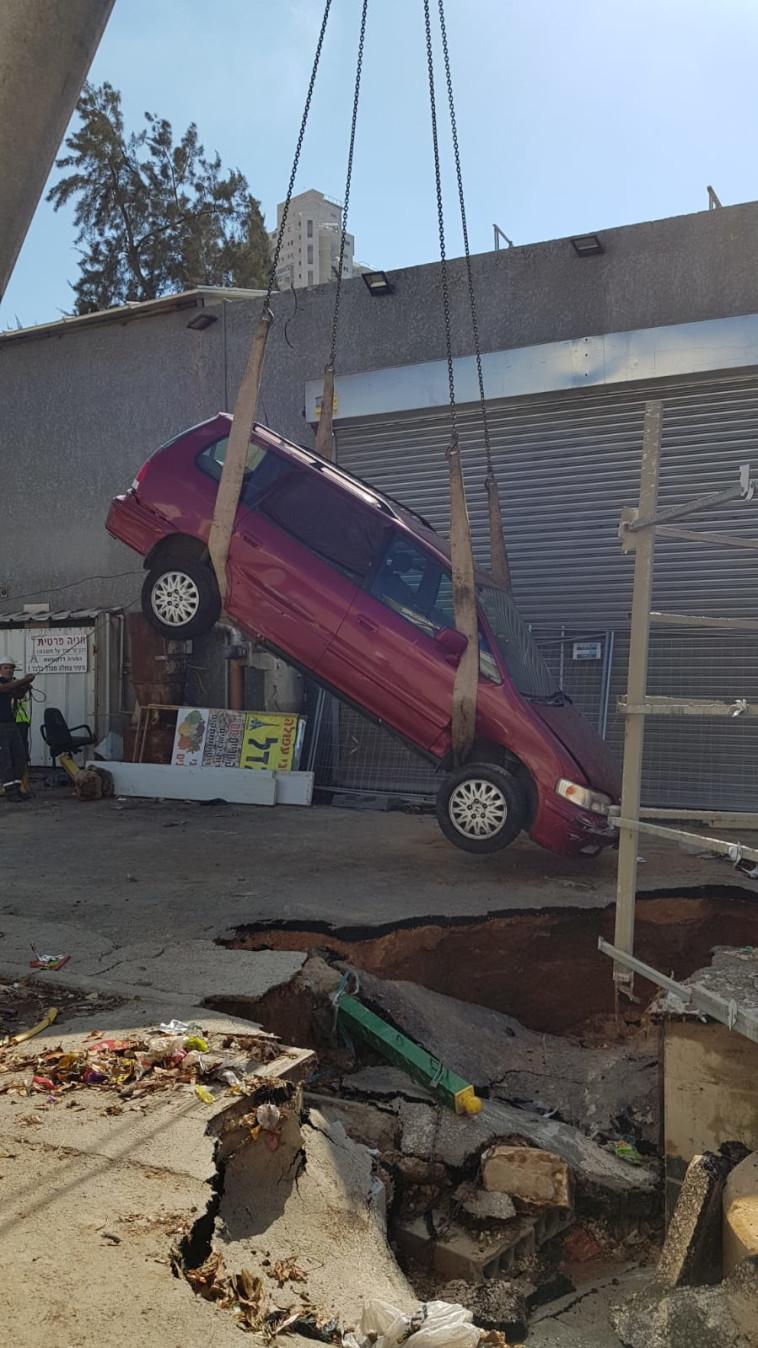 רכב שנפל לבולען שנגרם מהגשם