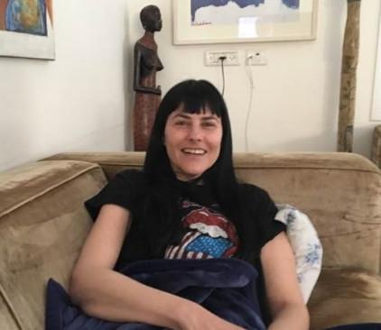 הילה אלרואי בביתה, לאחר הניתוח שעברה
