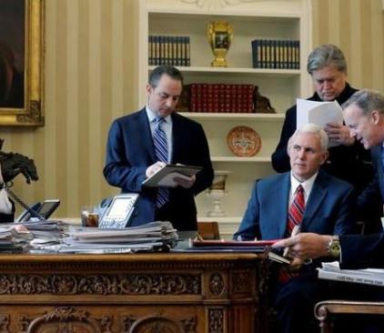 מימין לשמאל, מייקל פלין, שון ספייסר, מייק פנס (יושב), סטיבן בנון, ריינס פרייבוס ודונלד טראמפ