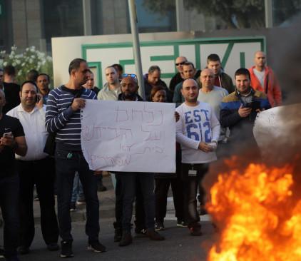 שריפת צמיגים בכניסה למפעל טבע בירושלים