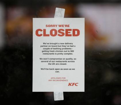 שלט המודיע על סגירת סניף KFC בשל מחסור בעוף