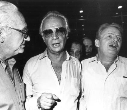 דוש ואפרים קישון (במרכז) יחד עם טומי לפיד