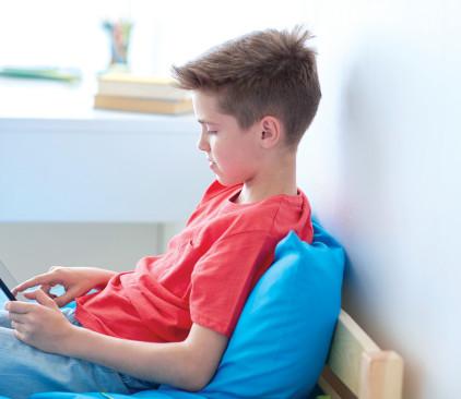 ילד משחק בטאבלט, אילוסטרציה