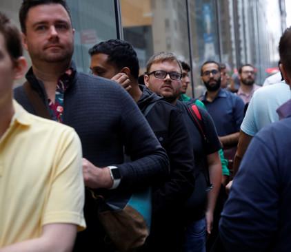 אנשים ממתינים מחוץ לחנות של אפל בשביל לרכוש את האייפון החדש