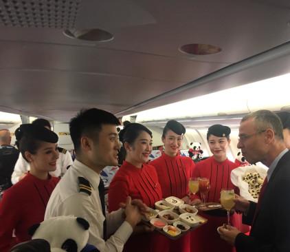 שר התיירות יריב לוין עם צוות סצ