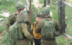 חיילים לוקחים ילד פלסטיני לחיפוש אחר מיידי אבנים, חברון