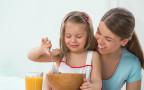 ילדה אוכלת קורנפלקס