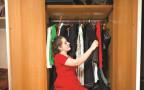 אילוסטרציה: אישה מודדת בגדים