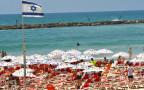 מתרחצים בחוף הים בתל אביב