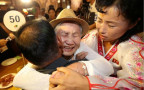 פגשה את בנה לראשונה לאחר 68 שנים. רגע האיחוד בין קיום סיום לסאנג צ
