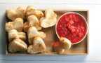 טוסטוני צהובה ומטבל עגבניות