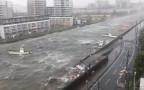 סירות צפות בנהר במהלך הטייפון ג