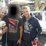 """הכלב שנגנב מת""""א והושב לבעליו (באמצע). בצדדים: בלשי המשטרה"""