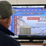 יפני באזור הרעידה עוקב אחר הדיווחים