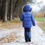 ילדה לבושה במעיל (אילוסטרציה)