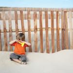 ילד עצוב, משחק בחול