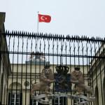 דגל טורקיה מונף מעל שגרירות הולנד באיסטנבול