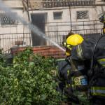 לוחמי אש פועלים לכיבוי שריפה, ארכיון