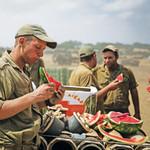 חיילים אוכלים אבטיח