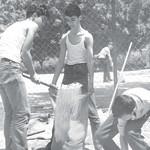 ילדים ממלאים שקי חול בתל אביב, 1967
