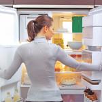 אישה מסתכלת במקרר, אילוסטרציה