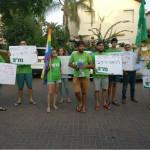 צעירי מרצ בהפגנה מול בית השר כץ