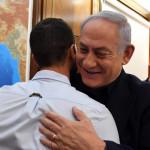 ראש הממשלה בנימין נתניהו מחבק את המאבטח זיו