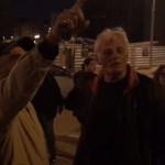 """מפגינים מחוץ לבית הכנסת של היועמ""""ש"""