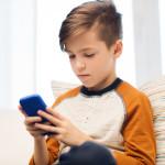 ילד עם סמארטפון