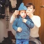 אמא מלבישה ילד