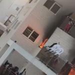 ילדה קופצת מתוך מרפסת דירה שעולה באש בבאר שבע