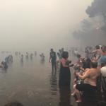 נמלטים מהשריפה ביוון