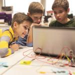 ילדים בונים רובוט
