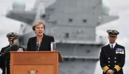 """תרזה מיי על רקע נושאת המטוסים """"המלכה אליזבת"""""""
