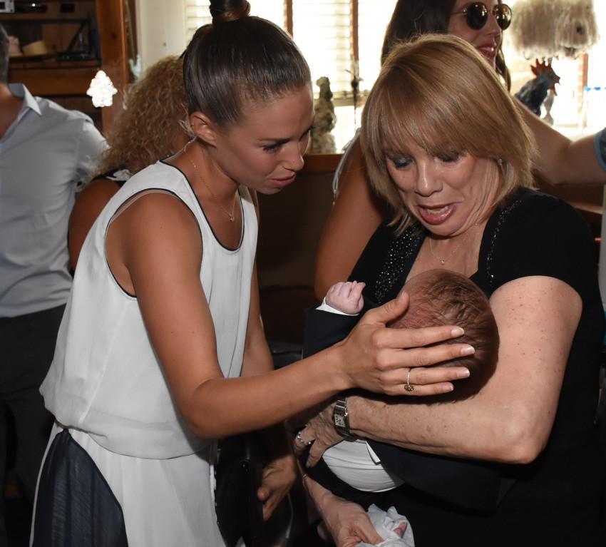 דנה גרוצקי מדגימה כישורי אמהות