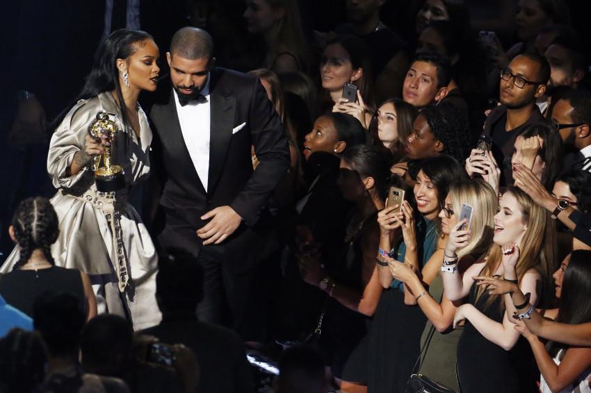"""""""כפרה. מה נשיקה, מה!"""". ריהאנה"""