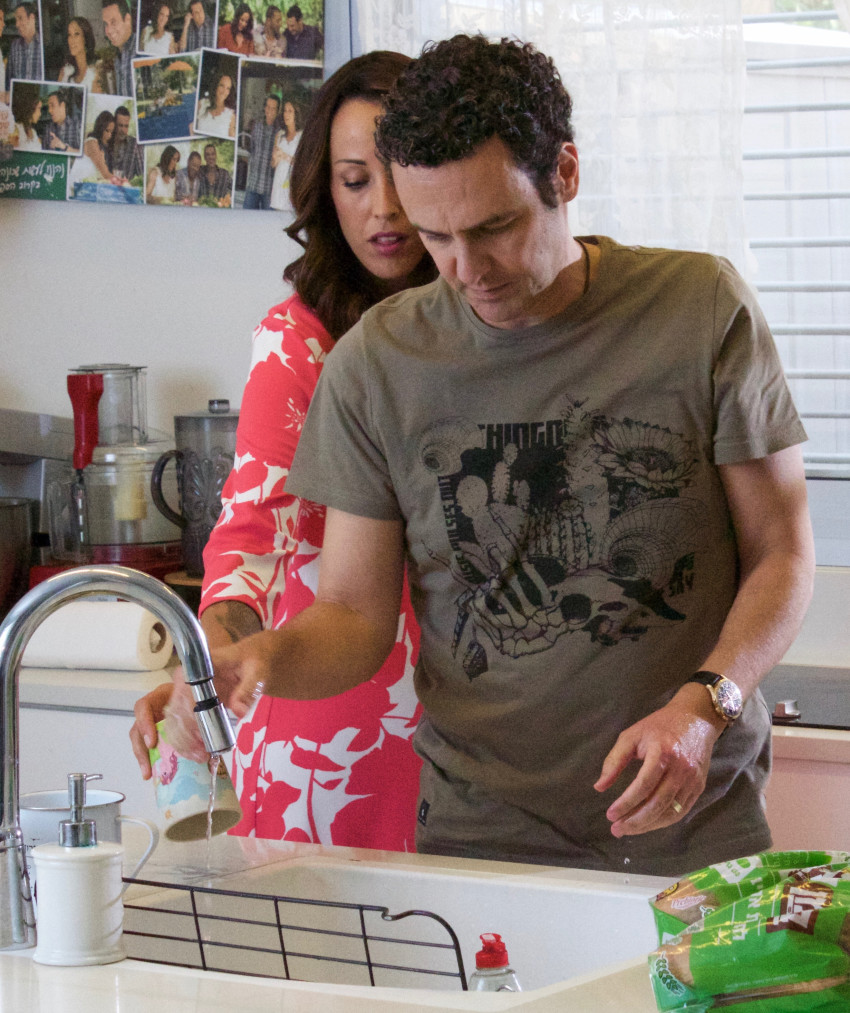 """עודד מנשה אמר לשטוף כלים. כלומר, עדן הראל אמרה לו! (יח""""צ)"""