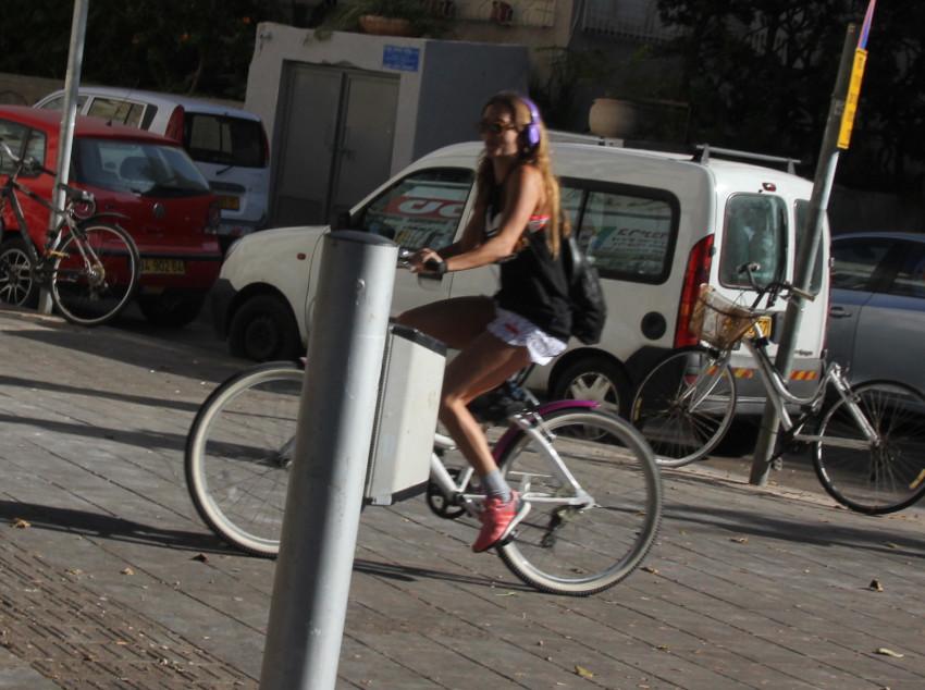 עוד לא שמה לב. דנה פרידר על האופניים (צילום: ניר פקין)