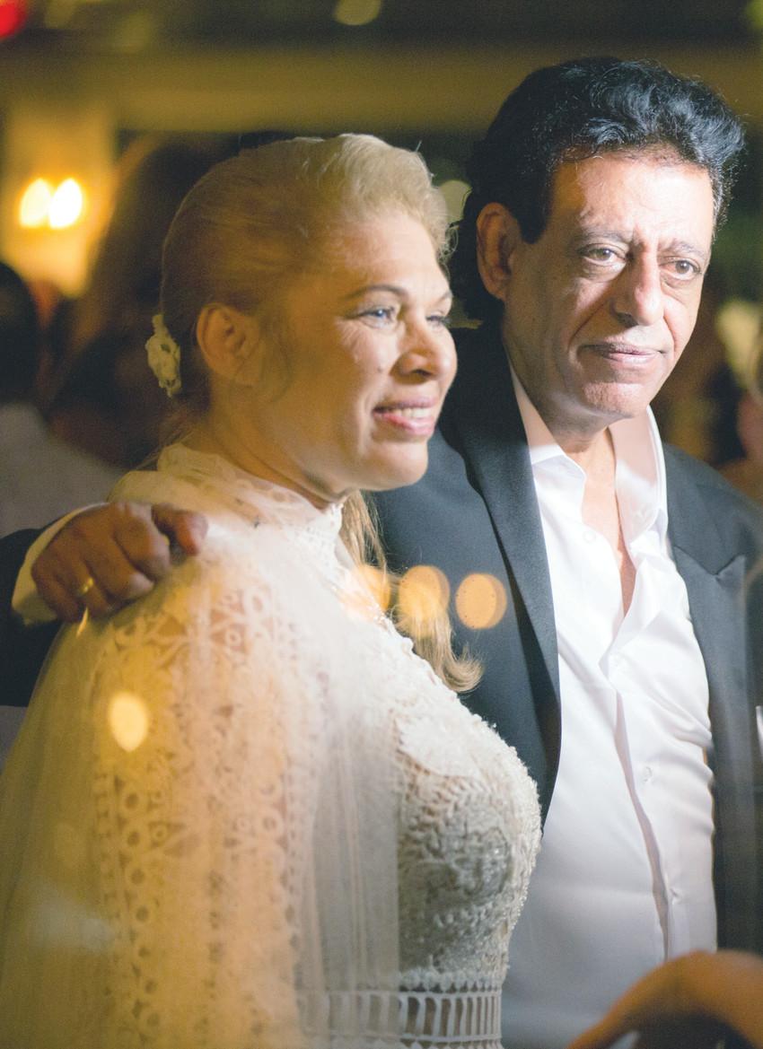 """""""אקדיש לה את חיי"""". שימי תבורי ויהודית באומן בחגיגת הנישואים (צילום: מור זכריה)"""